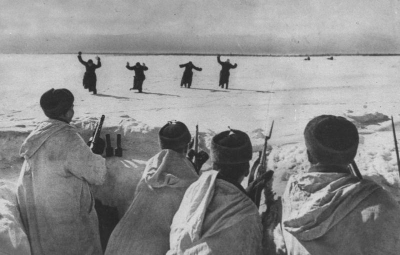 Немецкие солдаты сдаются в плен под Москвой.