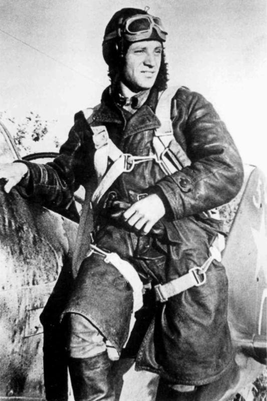 Герой Советского Союза старший лейтенант А.А. Липилин у ...
