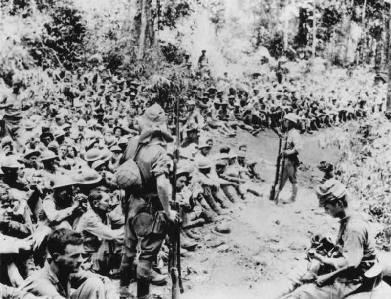 Пленные американские солдаты под охраной японцев. Филлипины, остров Лусон, полуостров Батаан. Апрель 1942 года.