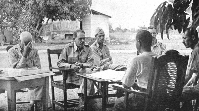 Генерал-майор Эдвард Кинг обсуждает условия капитуляции американских войск на Батаане с полковником японской армии Накайама.На фото слева направо: полковник Эверетт Уильямс, генерал-майор Эдвард Кинг , майор Уэйд Котрен, полковник Накайама и майор Эчилл Тисделл.