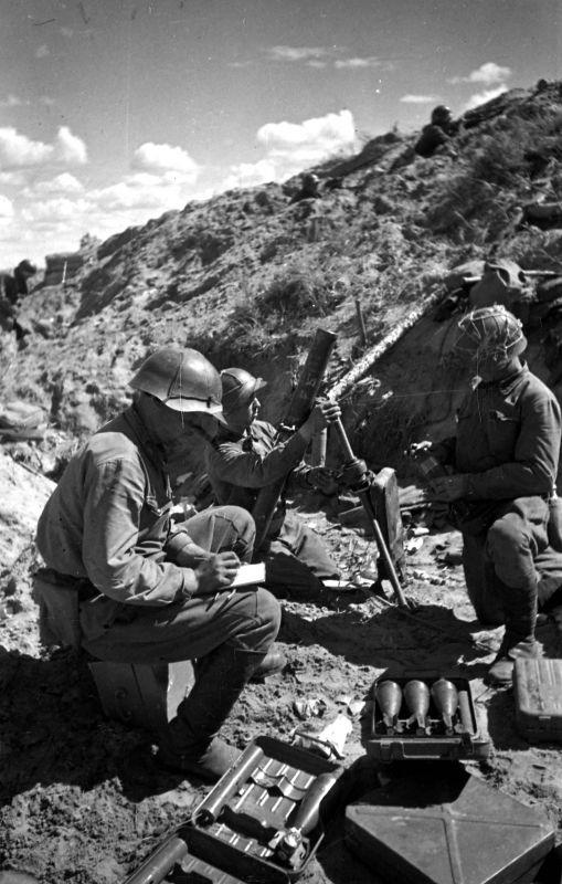 Советские минометчики у 82-мм батальонного миномета во время обстрела японских позиций 6-й (Квантунской) армии. Источник: rgvarchive.ru.