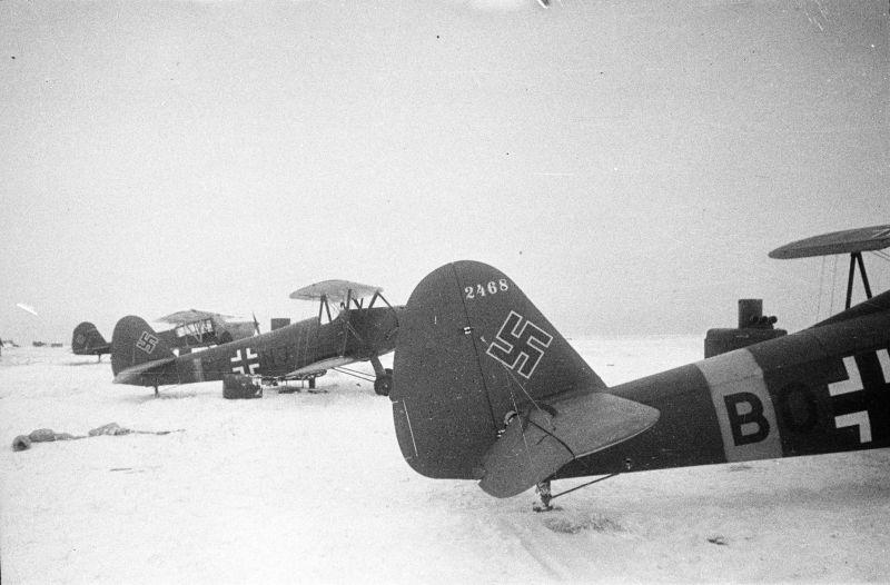 Немецкие самолеты Гота Go.145, захваченные на Донском фронте — военное фото
