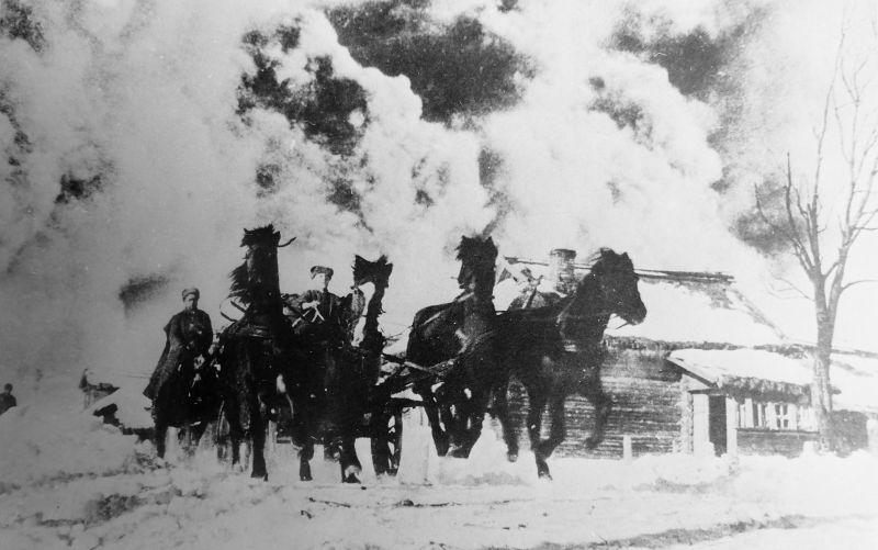 Тачанка и конники 2-го гвардейского кавалерийского корпуса на марше по улице населенного пункта во время контрнаступления советских войск под Москвой. На снимке — пулеметная тачанка сержанта Сапрыкина выезжает на огневую позицию.
