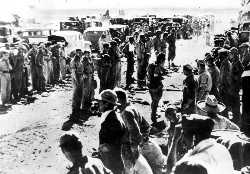 Досмотр японцами капитулировавших американских солдат военно-морской базы «Маривелес»  на полуострове Батаан.