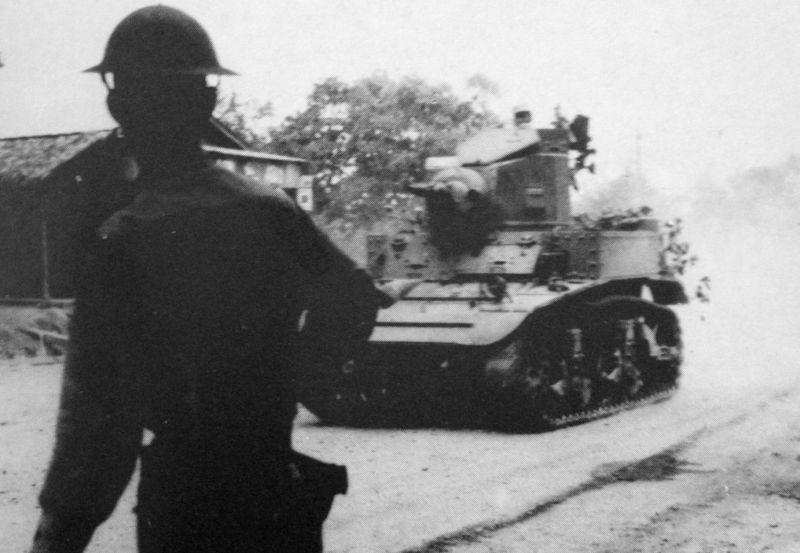 Танк M3 «Стюарт» из 192-го танкового батальона армии США движется по дороге на полуострове Батаан