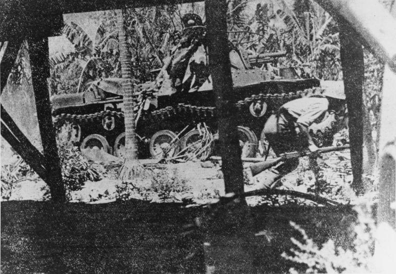 Японский танк Тип 97 «Чи-Ха» и пехота продвигаются по джунглям полуострова Батаан