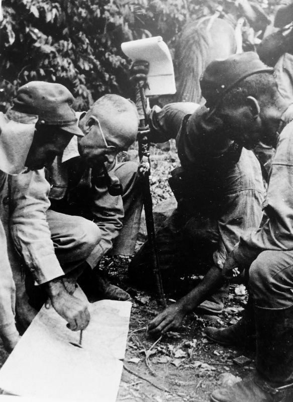 Американский военнопленный выдает на карте позиции японским офицерам