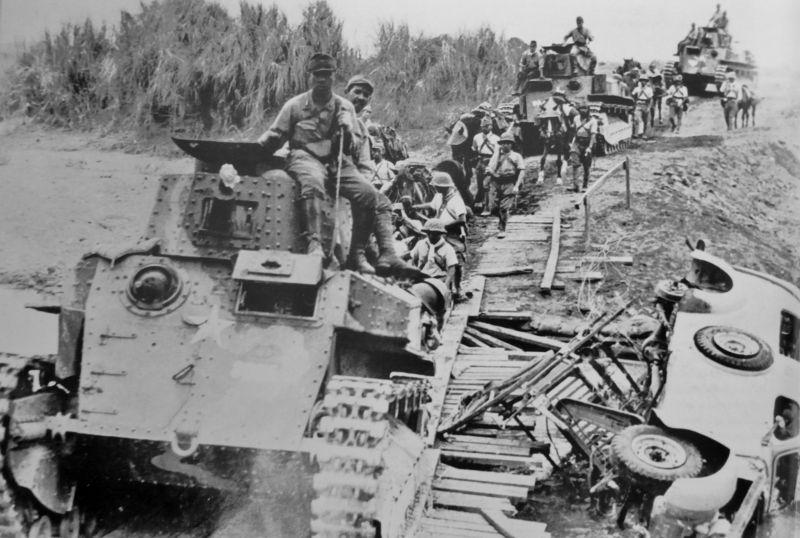 Танки тип 89 японского 7-го танкового полка и вьючный обоз на марше по полуострову Батаан.