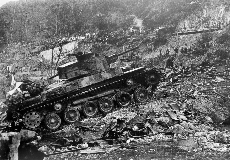 Японский танк тип 97 «Чи-Ха» на захваченном острове Коррехидор.На дороге справа от танка японский военнослужащий конвоирует пленных. Вот таких допотопных таков в 1942 году испугался генерал Уэйнрайт.