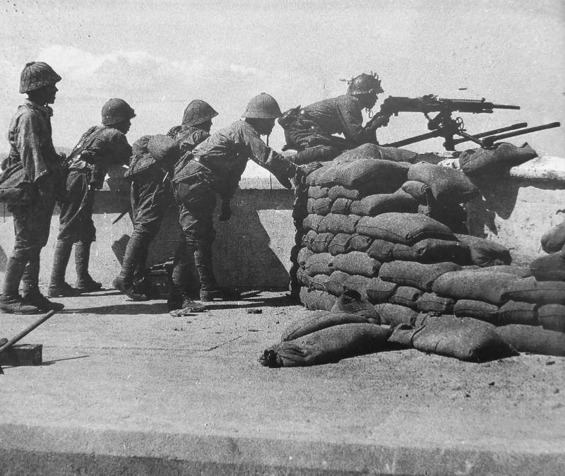 Японские солдаты у пулемета тип 92 во время боев за город Тавой (с 1989 года Давей)./Фото: waralbum.ru