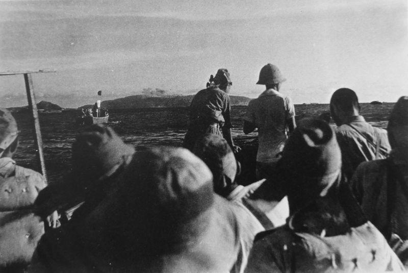Японские морские пехотинцы (подразделение береговых войск особого назначения ВМС Японии) направляются к острову Коррехидор.
