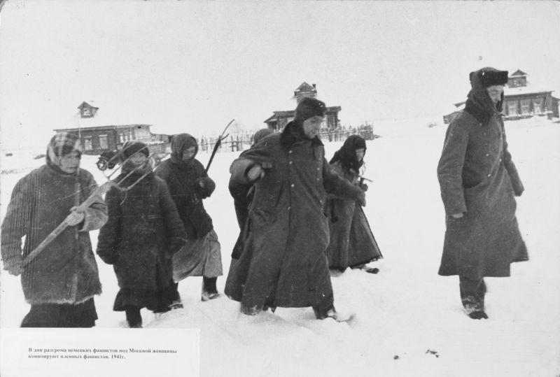 Женщины ведут немецких солдат Вернера Пеле и Курта Шпицнера, плененных в селе под Москвой.