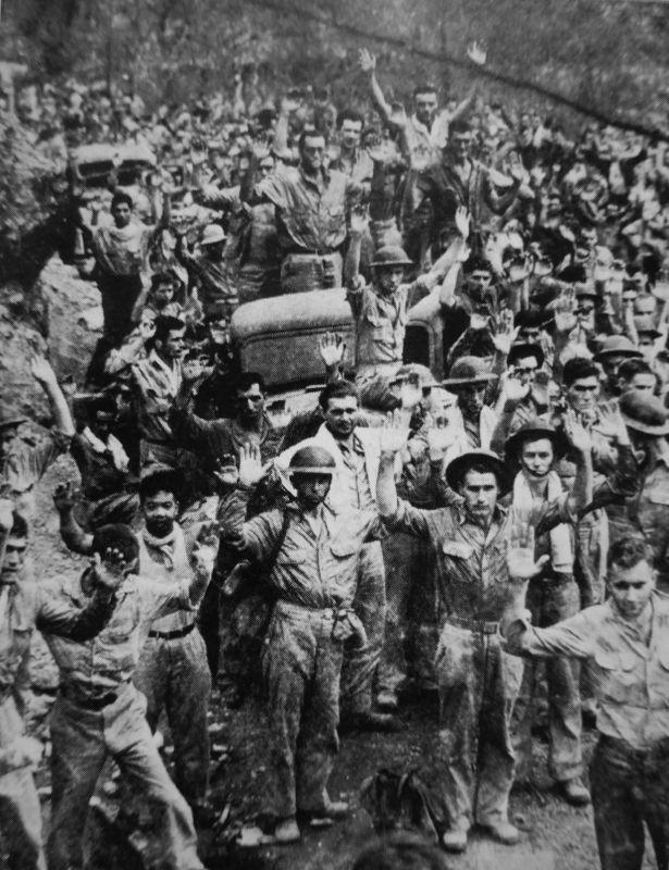 Американские и филиппинские солдаты, сдавшиеся в японский плен на полуострове Батаан.