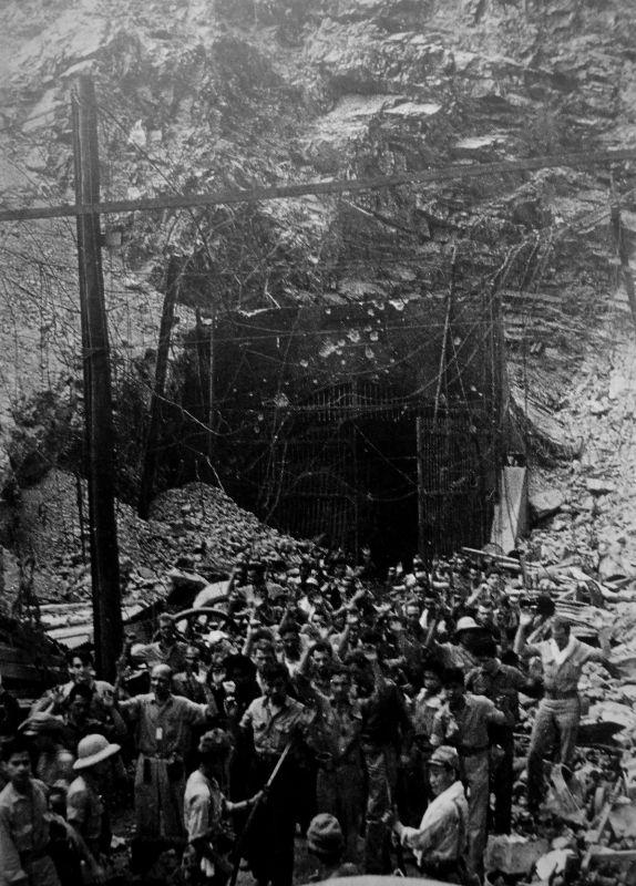 Американцы сдаются, выходя из тоннеля Коррехидора