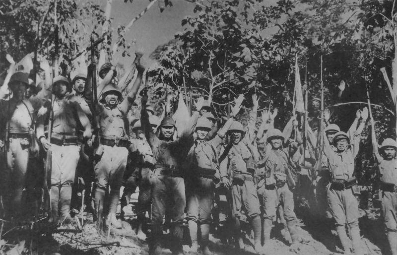 Японские солдаты ликуют после капитуляции американских войск на полуострове Батаан.
