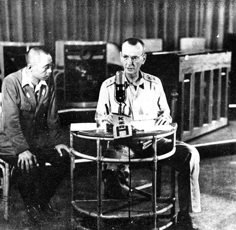 Генерал Джонатан М. Уэйнрайт объявляет по радио капитуляцию американских сил на Филиппинах под надзором японского цензора.