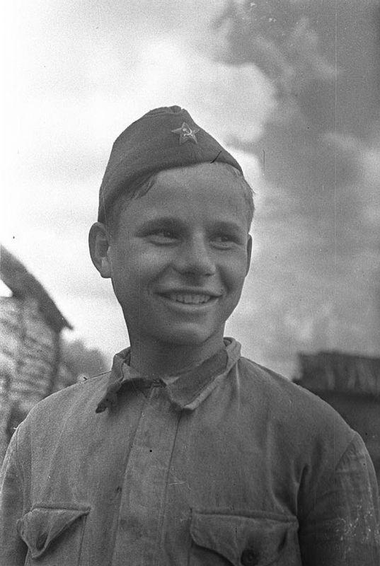 Красноармеец-доброволец, комсомолец из конногвардейского корпуса Белова – Алеша Яблоков.