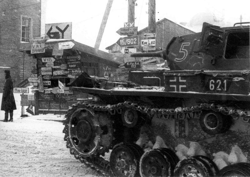 Танк Pz.Kpfw III ausf. H 7-го танкового полка у штаба 10-й танковой дивизии под Москвой