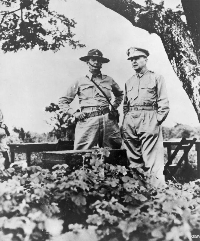 Бравые американские генералы, никем не репрессированные. Генерал Дуглас Макартур  (справа) беседует с генерал-майором Джонатаном Уэйнрайтом на Батаане в момент передачи последнему командования в марте 1942 года.