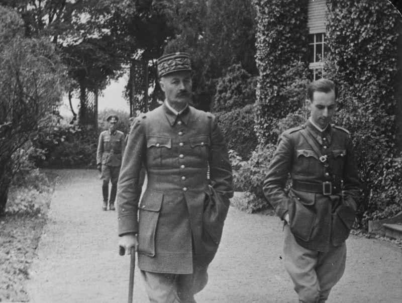 Пленный французский генерал Анри Жиро (Henri Honoré Giraud, 1879-1949) на прогулке в Германии. Фотография сделана в 1940-1941 годах.