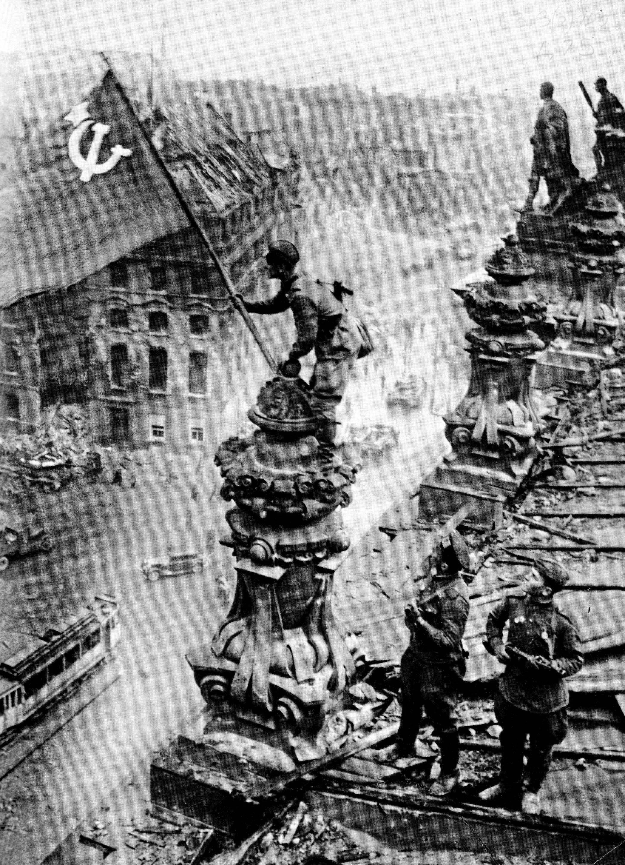 Знамя Победы над Рейхстагом [1] — военное фото