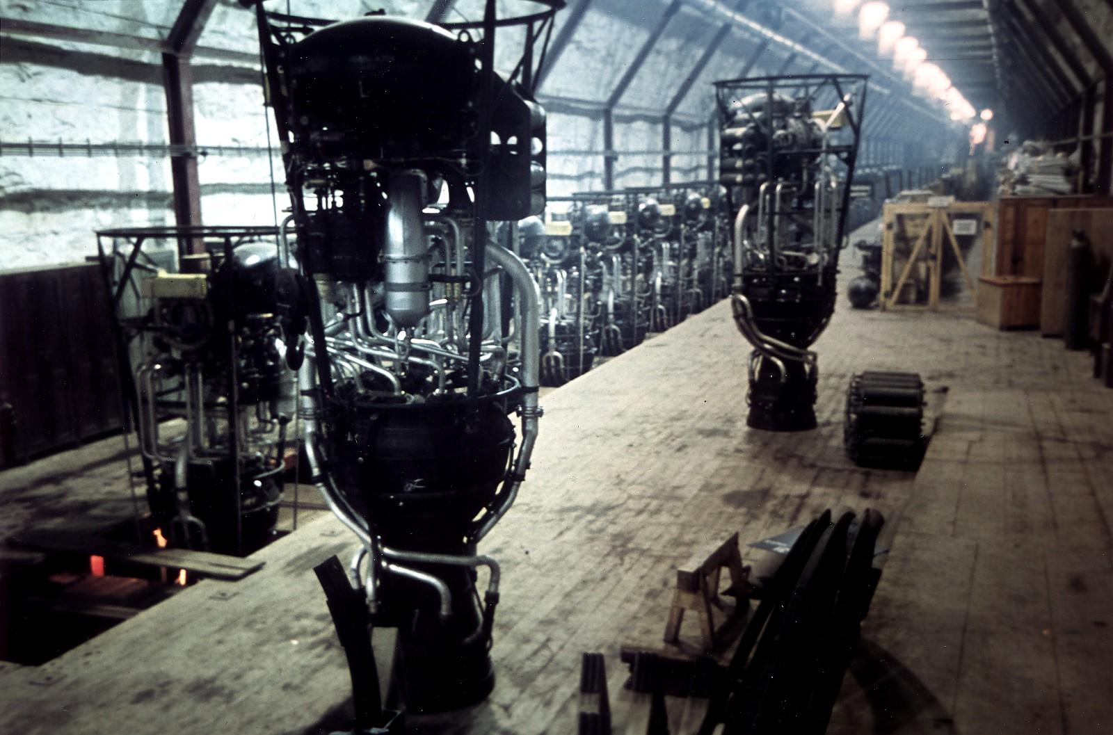 Двигатели ракет «Фау-2» (V-2) в подземном сборочном цехе.