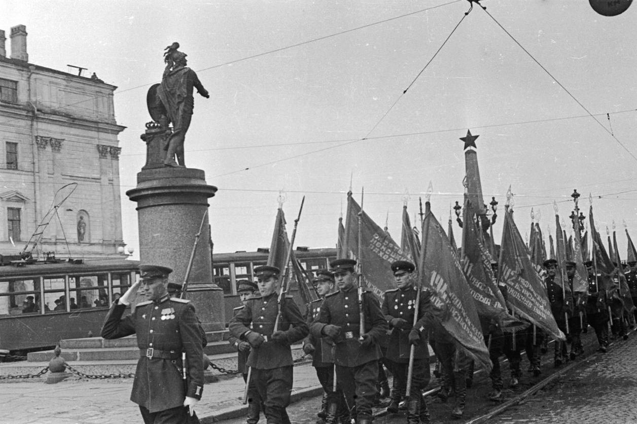именно отсюда крупнейший военный фотоархив ленинграда и москвы мужчины думают про