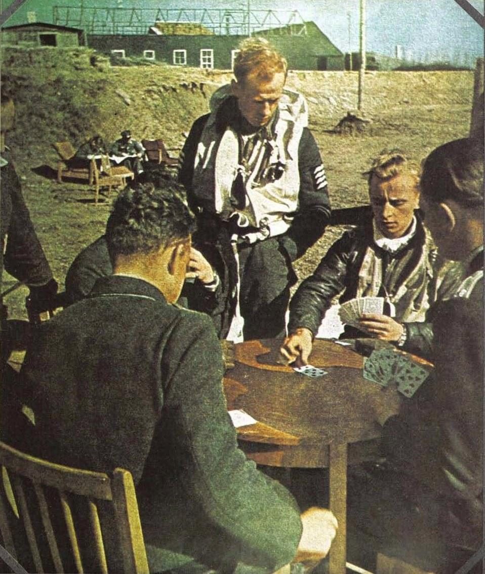 Пилоты играют в карты на что такое fun в казино вулкан это что