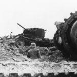 Немецкий солдат на танковом кладбище во Ржеве. 21 декабря 1942 года..jpg