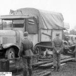 Bundesarchiv_Bild_101I-297-1701-18-_Nachschub_per_Eisenbahn-_Somua-LKW.jpg
