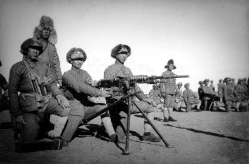 7 オチキス機関銃か38式機関銃。