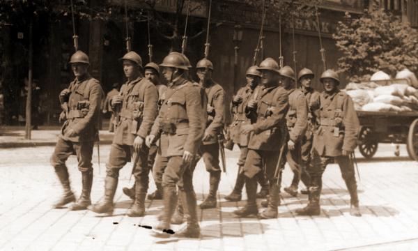 румынских солдат на городской улице. ПМВ. У солдат французские винтоки 01