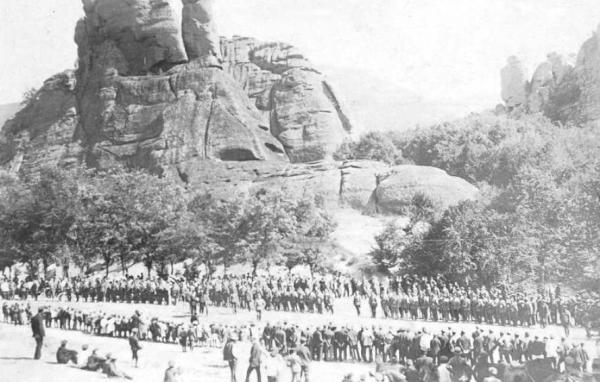 полк в строю у подножия Белоградчикских скал