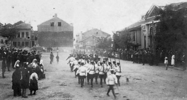 Марковского полка, участвовавшие в подавлении Сентябрьского восстания 1923 г., проходят маршем в городе Белоградчик, Болгария