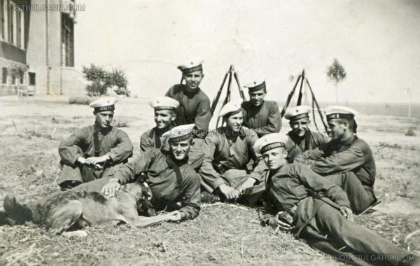"""""""Св. Кирик"""" край Созопол   курсанти от Морското машинно училище, намирало се на острова, 1938 г."""