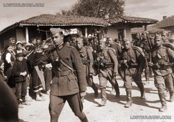 колона преминава през българско село по време на маневри, втората половина на 30 те години на ХХ век