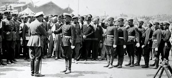 """Борис III поздравява новопроизведените подпоручици от 53 ти """"Орловски"""" випуск на Военното на Н.В. Училище, 26 август 1934 г."""