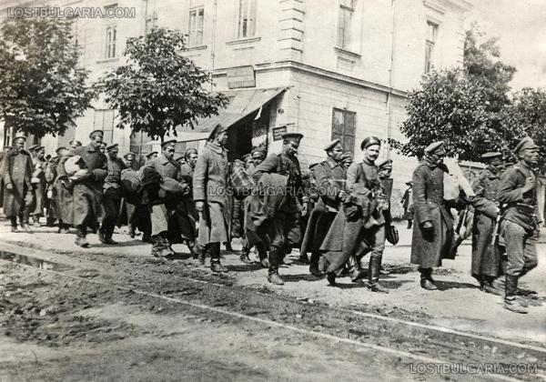 """, разоръжени и арестувани членове на """"Оранжевата гвардия"""" на Ал. Стамболийски под конвой от редовна войска след преврата на 9 юни 1923 г."""