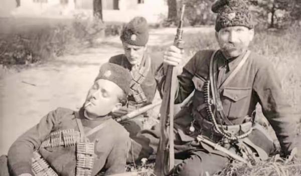 с четницким карабином и штыком кинжалом к нему