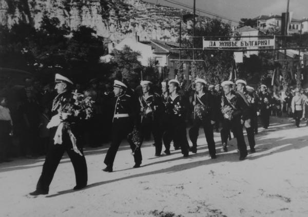 морские офицеры и матросы проходят маршем по городу в Южной Добрудже в ходе присоединения региона к Болгарии (1940 год) 01