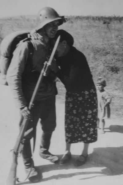 солдат с винтовкой Манлихера обр. 1895 года и жители Южной Добруджи 01