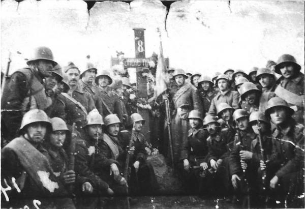 от 8 ми конен полк пред паметника на загиналите бойни другари около Бояновац, Сърбия през Втората световна война, 29 октомври 1944
