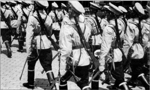 кавалерия на улицах Софии. На снимках видно вооружение кавалеристов — это карабины Манлихера М95. Сентябрь 1944 года
