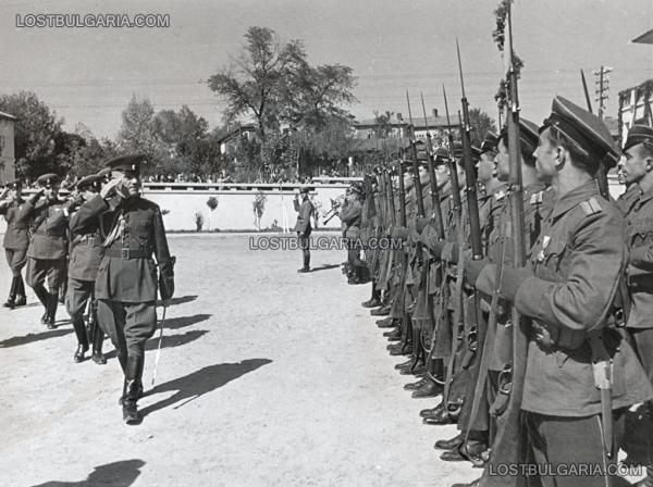 Дамян Велчев, министър на войната поздравява строя при посещение във военно поделение, неизвестно къде, вероятно края на 1945 г.