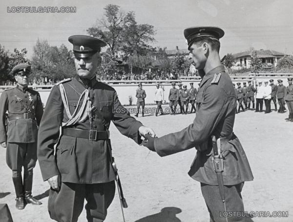 Дамян Велчев, министър на войната раздава военни отличия при посещение във военно поделение, неизвестно къде, вероятно края на 1945 г.