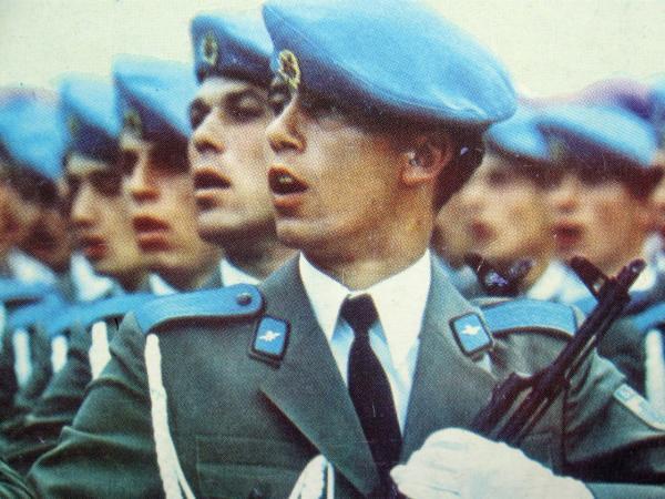 десантники с автоматами АКМ 01