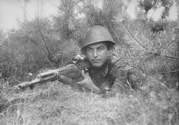 снайпер, вооруженный самозарядной винтовкой СВТ 40 с оптическим прицелом ПЕ
