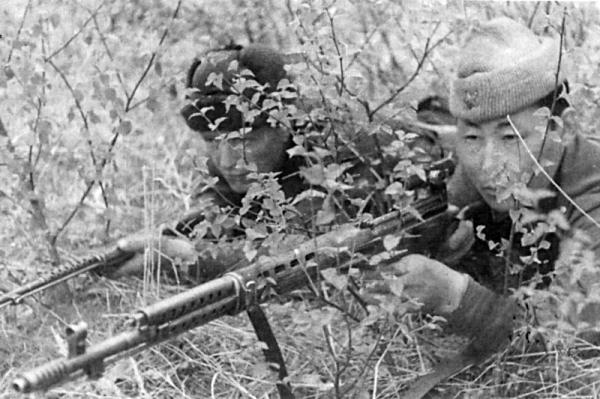 снайперы Т. Куснаков и С.С. Тудупов с винтовками СВТ 40 на позиции