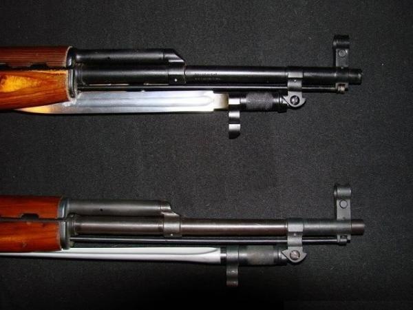 карабины Симонова обр. 1945 года (СКС 45) с клинковым (вверху) и иголтчатым (внизу) неотъёмными штыками 04