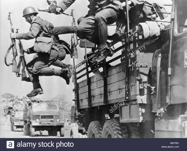 военнослужащие с карабинами СКС 45. Начало 1950 х годов (01)